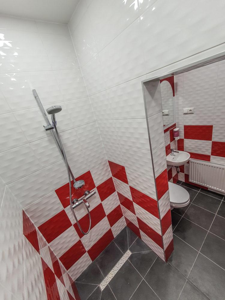 HOSTELJELGAVA.LV-RED CHESS RESTROOM-Central hostel jelgava-Hostelis Jelgava-naktsmītne Jelgavā-vannas istaba-tualete.3